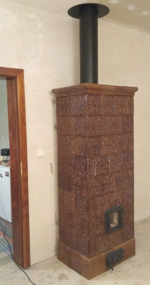 Kachľová pec repasovaná s montovaným komínom nad pecou